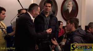 Юрій Кумка (в центрі) слухає пояснення Віталія Михайлішина