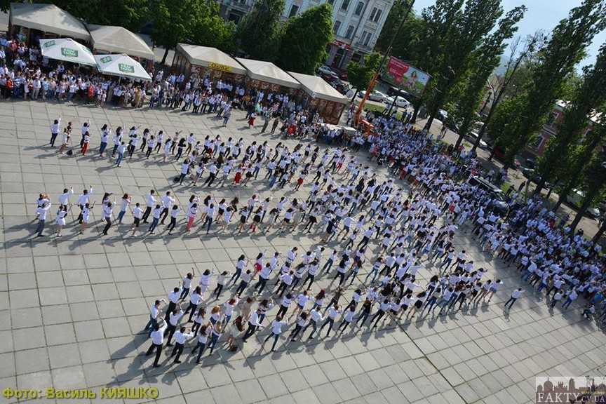 У Чернівцях утворили найбільший танцюючий тризуб у вишиванках (фото, відео)